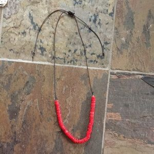 Djistable red beaded necklace